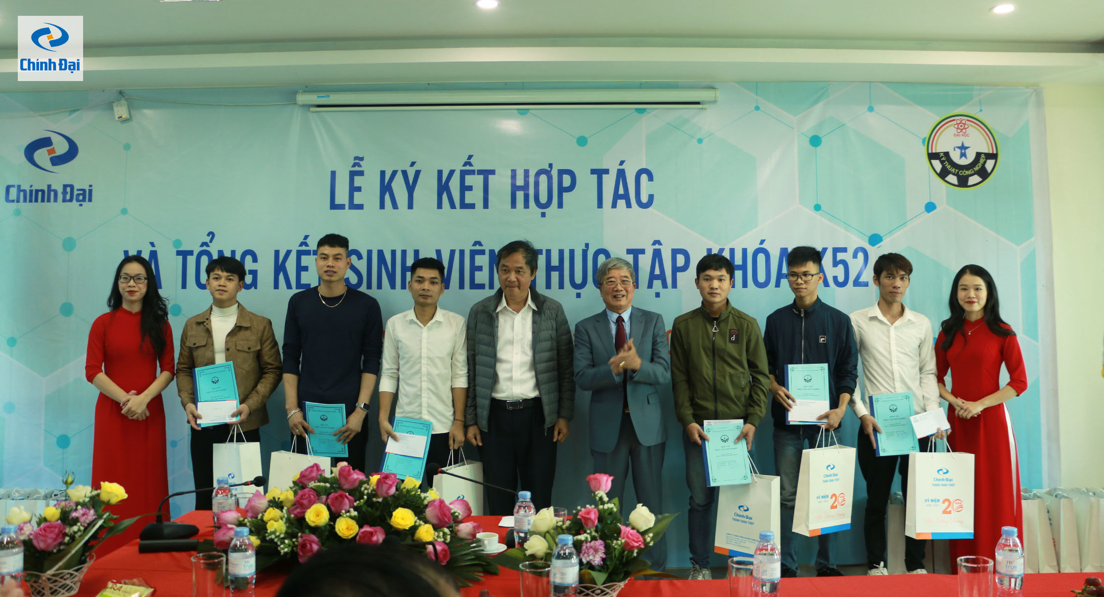 Đại diện Công ty TNHH Công nghiệp Chính Đại trao phần thưởng khích lệ cho các bạn sinh viên có thành tích thực tập xuất sắc
